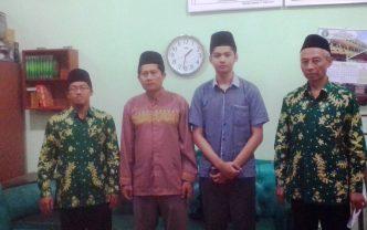M. Nizar Rarif didampingi ayahya foto bersama KH. Nur Hamim dan ustadz Ali Mahsun, baru-baru ini.