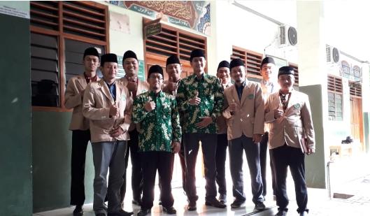 Mahasiswa PPL foto bersama dengan wakil kepala bidang kurikulum, KH. Nur Khamim Lc. PgD dan salah satu guru, M. Ircham Maulana S.Pd.