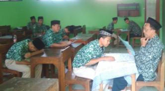 Para siswa mengantre untuk mengikuti ujian al-Quran.