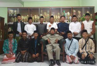 Belasan lulusan MA. NU. TBS yang tak lama lagi meneruskan studi ke Mesir dan Yaman foto bersama KH. Nur Khamim di sela-sela silaturahim ke madrasah, kemarin.