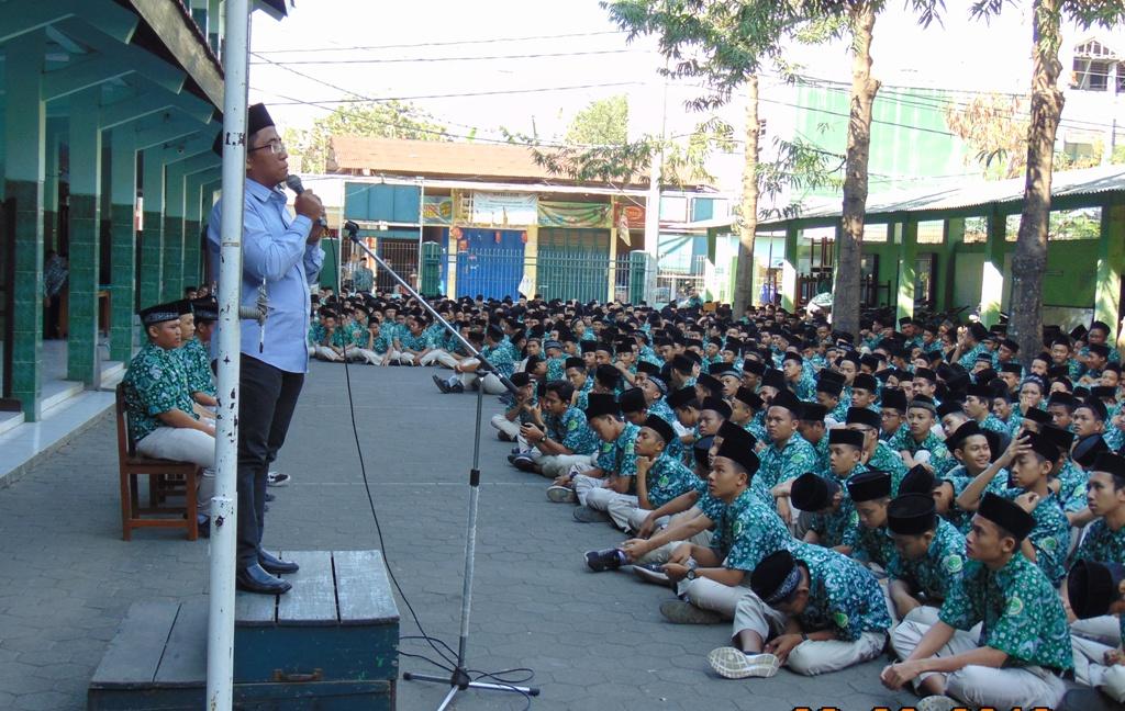 Pengarahan dari anggota KPU Kudus, Syafiq Ainurridlo, sebelum proses pemungutan suara.