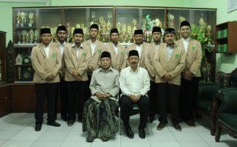 KH. Musthofa Imron dan Dr. Ihsan foto bersama usai upacara penarikan mahasiswa PPL.