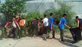 Siswa MTs. TBS Kudus memunguti sampah di sekitar madrasah dan sepanjang jalan turus madrasah.