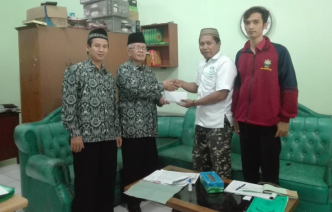 Kiai Suwantho didampingi ustadz Moh Miqdad menyerahkan donasi untuk korban gempa Palu, Sigi dan Donggala.